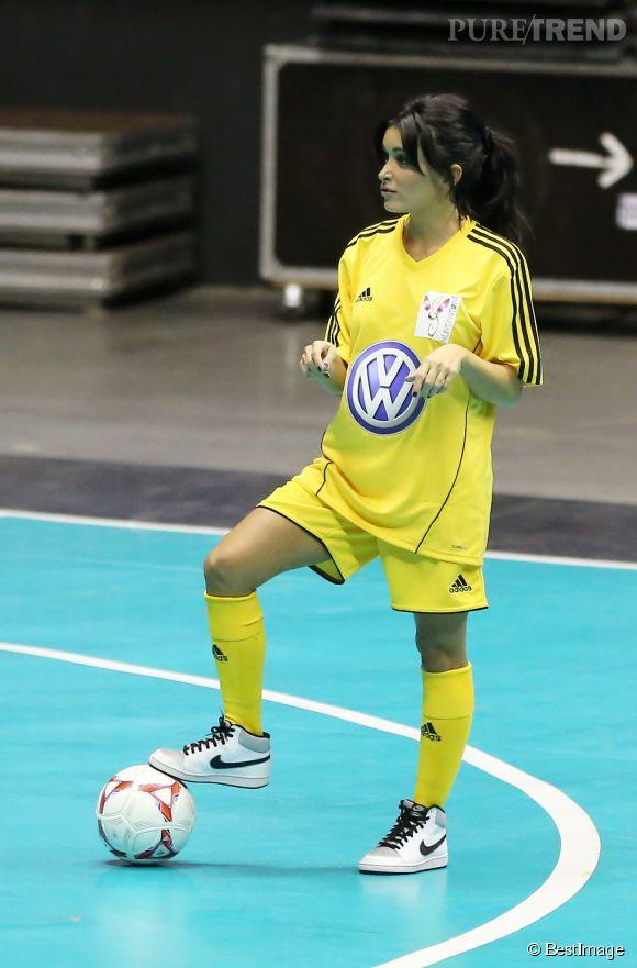 Jenifer encore plus sexy avec cette tenue de football jaune fluo à Lyon en octobre 2012.