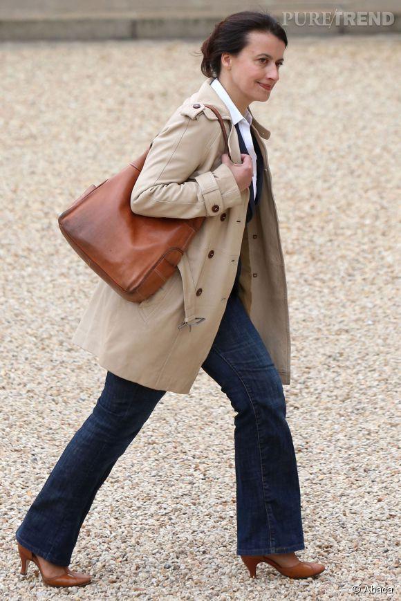 Trench, jean et cuir cognac, Cécile Duflot mise sur une tenue casual pour son premier Conseil des ministres en 2012.