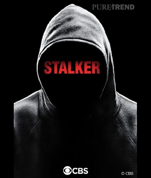 """""""Stalker"""" : une silhouette capuchée sur fond noir. L'ambiance est posée."""
