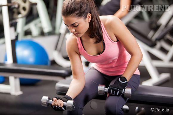Avec ou sans haltère, tous les exercices pour muscler ses bras : curls, pompes...