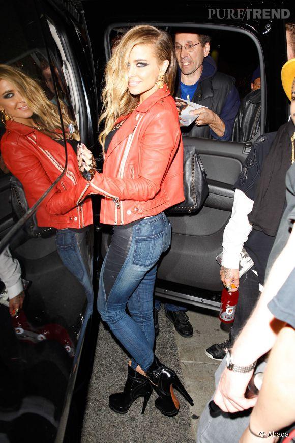 Veste en cuir rouge, talons hauts et one side hair, Carmen Electra maîtrise le look sexy rock comme personne.