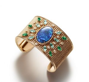 Collection Mediterranean Garden de Piaget Bracelet en or rose 18 carats serti d'une opale noire taille ovale, de 8 tourmalines bleues taille marquise, de 6 émeraudes taille marquise et de 12 diamants taille brillant.