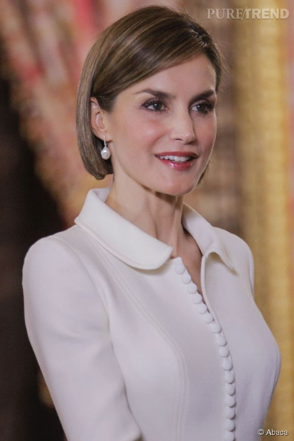 La reine Letizia a le sourire mais une mine un peu fatiguée.