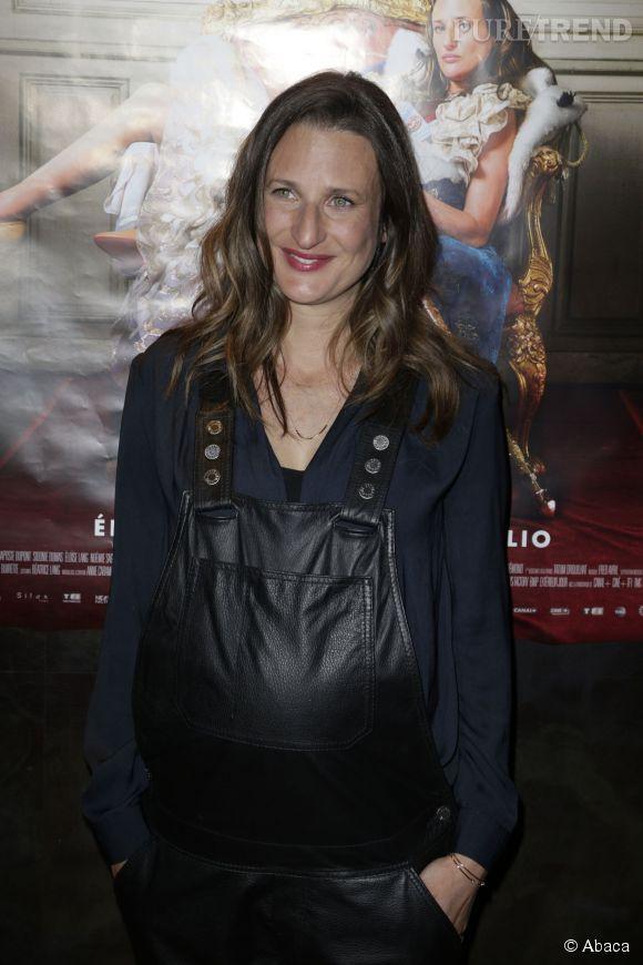Camille Cottin, souriante, met en valeur son ventre rond dans une salopette en cuir Zadig & Voltaire Printemps-Eté 2015.