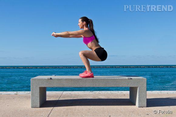 Pour avoir des cuisses fermes, misez sur des exercices ciblés comme les squats. Attention : les faire sans ou avec peu de charges pour se muscler sans gonfler
