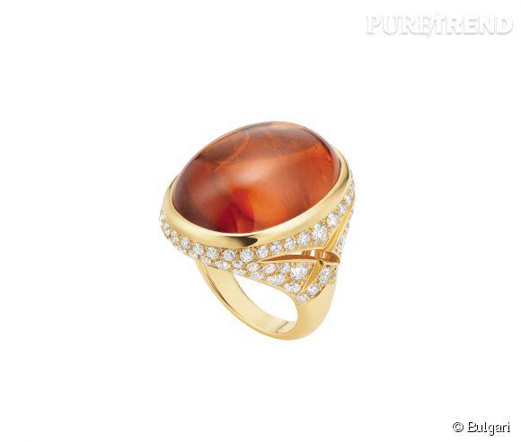 Bulgari    Bague Haute Joaillerie en or jaune, grenat taille cabochon et diamants blancs.  Prix sur demande.