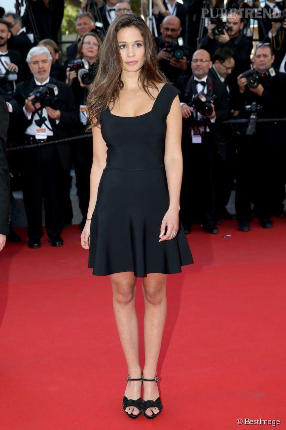 La jolie comédienne Lucie Lucas a elle aussi monté les marches dans une petite robe noire tout simple mais qui fait son effet.