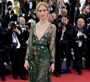 Poppy Delevingne, surprenante dans sa robe étoilée et très décolletée Burberry Prorsum.