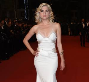 """Cécile Cassel se la joue Marilyn à la première de """"Carol"""", dans une robe moulante à souhait."""