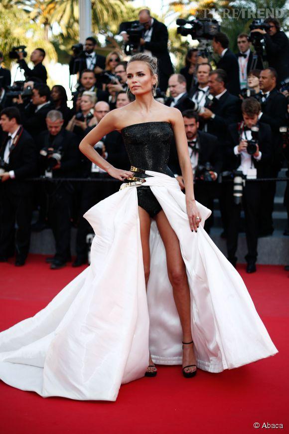 NatashaPoly a monté les marches dans un body noir et une large jupe blanche laissant voir ses longues jambes.