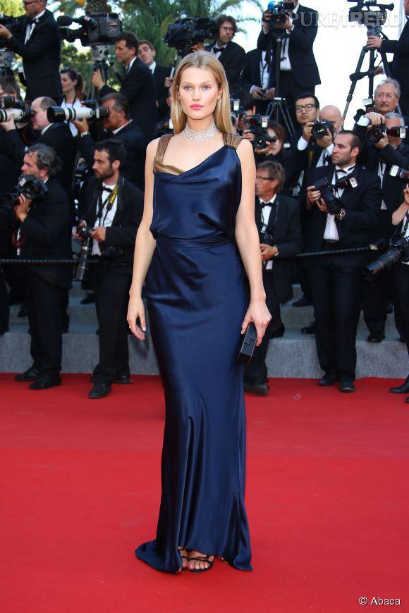 Le mannequin Toni Garrn a arpenté le tapis rouge du Festival de Cannes dans une robe bleue suit signée Sophie Theallet.