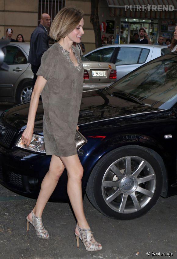 La reine d'Espagne met le paquet en robe taupe peau de pèche. Elle annonce l'été !