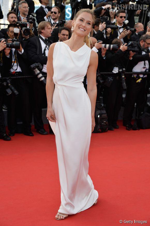 """Bar Refaeli et ses sandales """"Minny"""" by Jimmy Choo lors de la première montée des marches de Cannes 2015."""