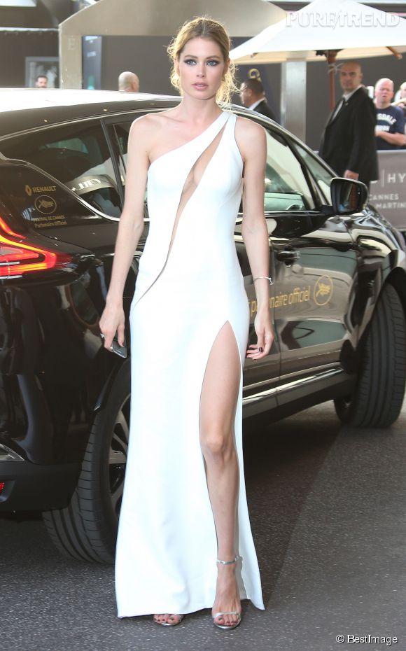 """Doutzen Kroes a choisi le fendu de l'extrême à Cannes pour nour montrer ses jambes mais aussi des """"Minny"""" de Jimmy Choo."""