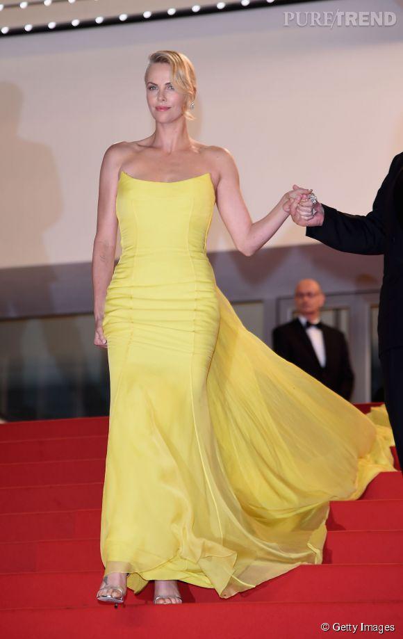"""Charlize Theron a beau avoir la taille mannequin, ça ne l'empêche pas de chausser du 12 cm avec ses """"Minny"""" Jimmy Choo."""