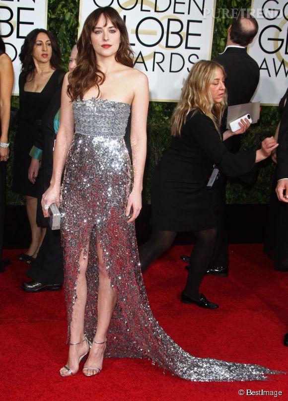 "Dakota Johnson, sexy lady en sequins et sandales ""Minny"" de Jimmy Choo."