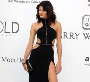 Gala de l'amfAR : Isabeli Fontana, superbe dans sa robe très fendue Redemption Choppers.
