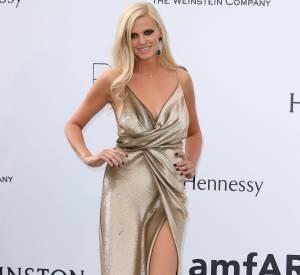 Lara Stone a elle opté pour une robe dorée et fendue et des sandales Jimmy Choo à l'amfAR.