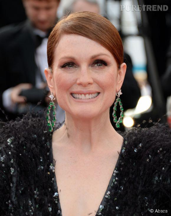 Julianne Moore porte des boucles d'oreilles en émeraudes et diamants Chopard lors du Festival de Cannes 2015.
