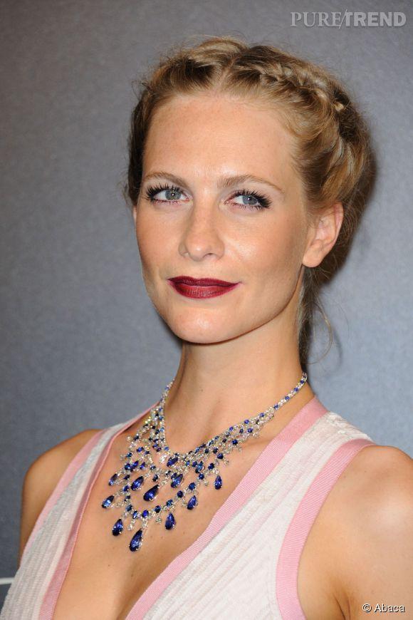 Poppy Delevingne parée par Chopardd'un collier en diamants et saphirs lors du Festival de Cannes 2015.