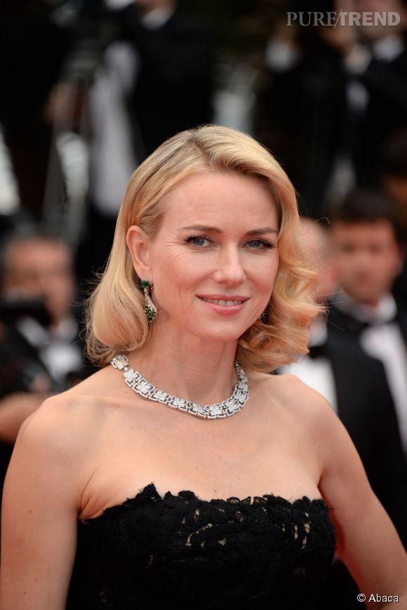 Naomi Watts porte des boucles d'oreilles en platine, diamants et émeraude ainsi qu'un collier en or blanc et diamants Bulgari lors du Festival de Cannes 2015.