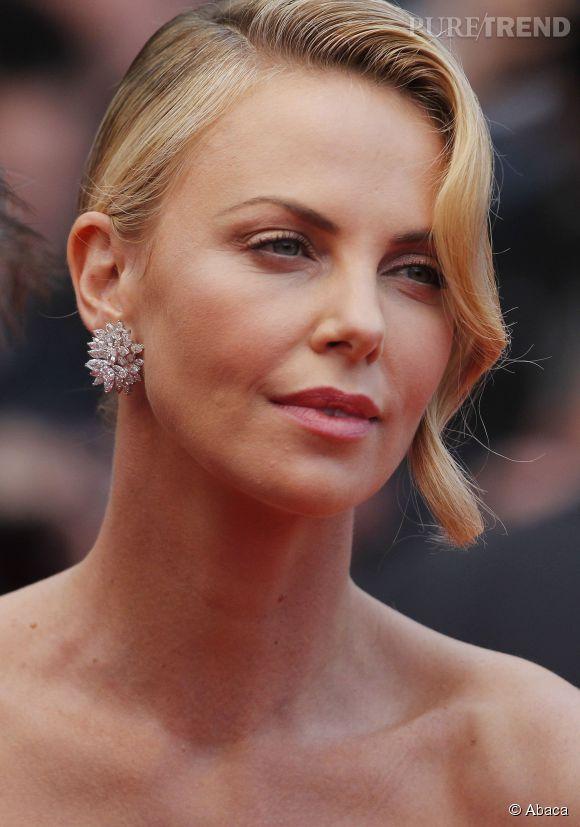 Charlize Theron porte des boucles d'oreilles en or blanc et diamants Chopard lors du Festival de Cannes 2015.