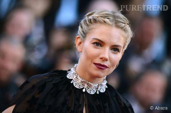 Sienna Miller porte un chocker Bulgari en or blanc et diamants lors du Festival de Cannes 2015.