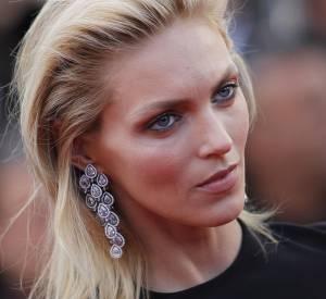 Anja Rubik porte des boucles d'oreilles en titane et diamants Chopard lors du Festival de Cannes 2015.