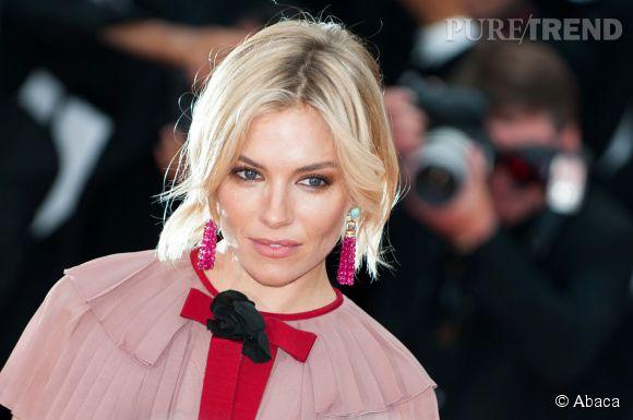 Sienna Miller porte des boucles d'oreilles Bulgari lors du Festival de Cannes 2015.