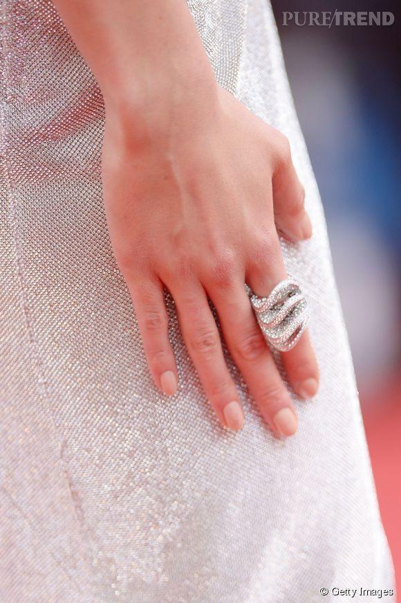 La bague de Grisogono de Karlie Kloss en or blanc et diamants lors du Festival de Cannes 2015.