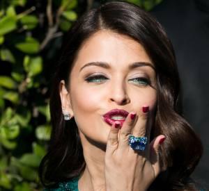Aishwarya Rai porte une bague de Grisogono en or blanc sertie de saphirs, d'émeraudes et de diamants lors du Festival de Cannes 2015.