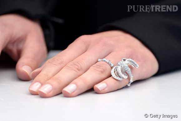 """La bague """"Libellule"""" Lalique de Louise Bourgoin en or blanc et diamants lors du Festival de Cannes 2015."""