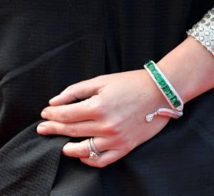Le bracelet en émeraudes et diamants Anna Hu d'Emily Blunt lors du Festival de Cannes 2015.