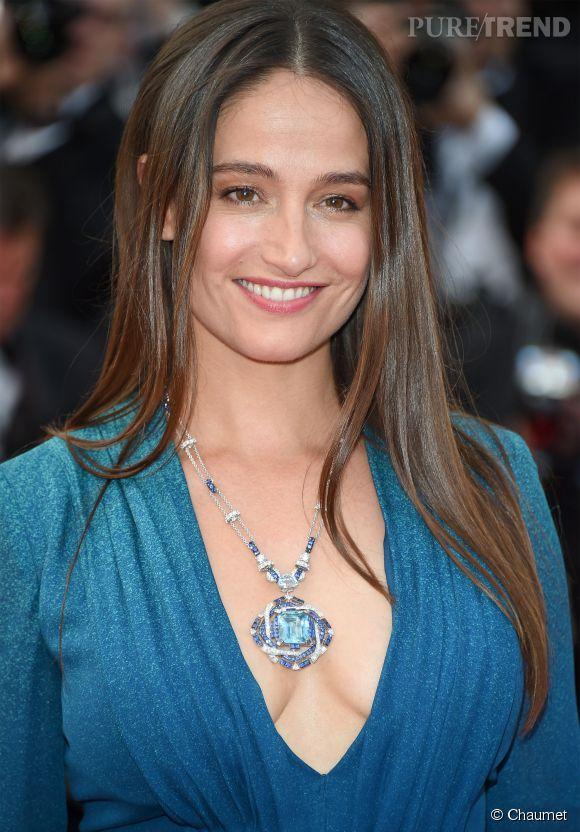 Marie Gillain parée par Chaumet portait un collier en or gris, diamants, saphirs bleus et aigue-marine lors du Festival de Cannes 2015.