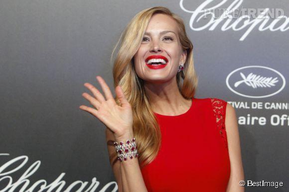 Petra Nemcova parée par Chopard porte une manchette en diamants et rubellites lors du Festival de Cannes 2015.