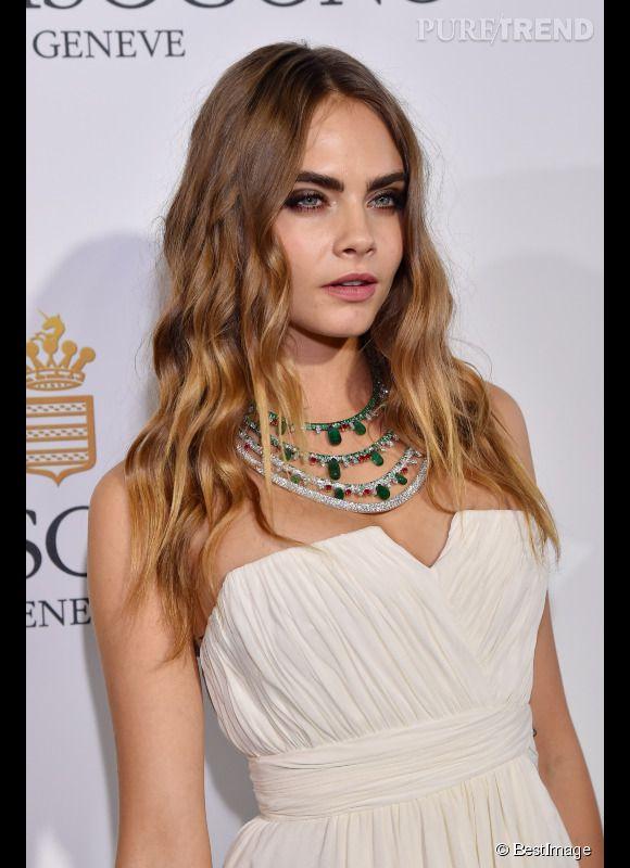 Cara Delevingne porte un collier en or blanc, diamants, émeraudes et rubis de Grisogono lors du Festival de Cannes 2015.