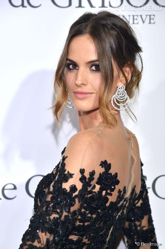 Izabel Goulart parée de boucles d'oreilles en or blanc et diamants de Grisogono lors du Festival de Cannes 2015.