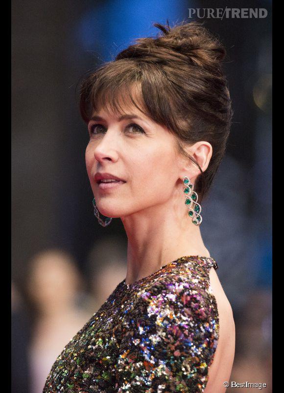 Sophie Marceau porte des boucles d'oreilles en titane, émeraudes et diamants lors du Festival de Cannes 2015.