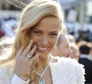 Petra Nemcova parée par Chopard porte un collier en diamants et béryl vert lors du Festival de Cannes 2015.