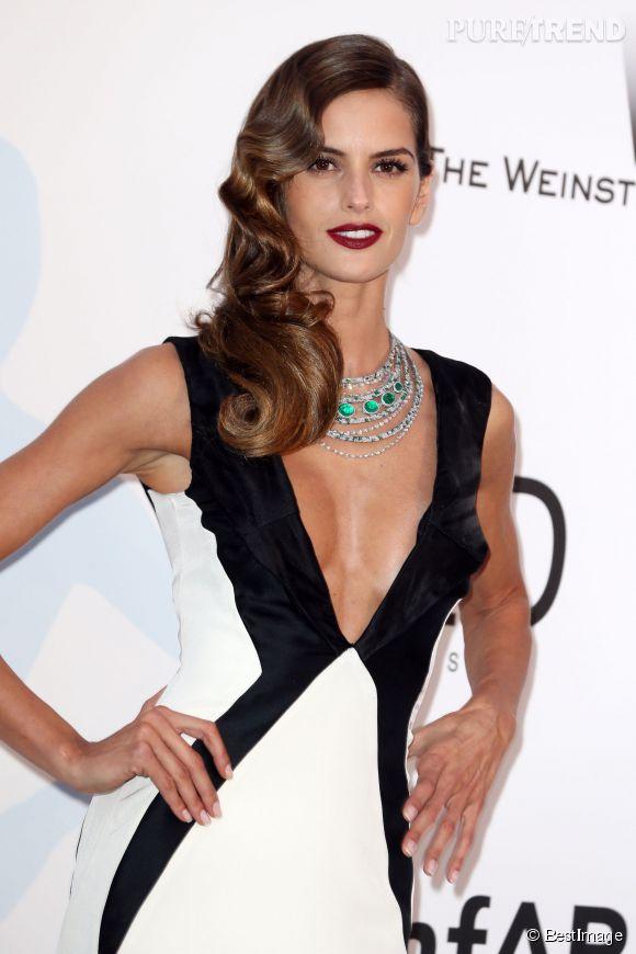 Izabel Goulart porte un collier de Grisogono en or blanc, diamants et émeraudes lors du Festival de Cannes 2015.