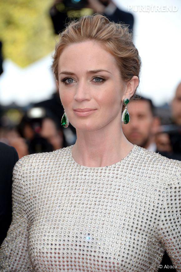 Emily Blunt porte des boucles d'oreilles Anna Hu en émeraudes et diamants lors du Festival de Cannes 2015.