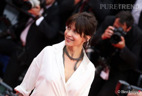 Sophie Marceau porte un collier en or, diamants bruns et noirs et émeraudes lors du Festival de Cannes 2015.