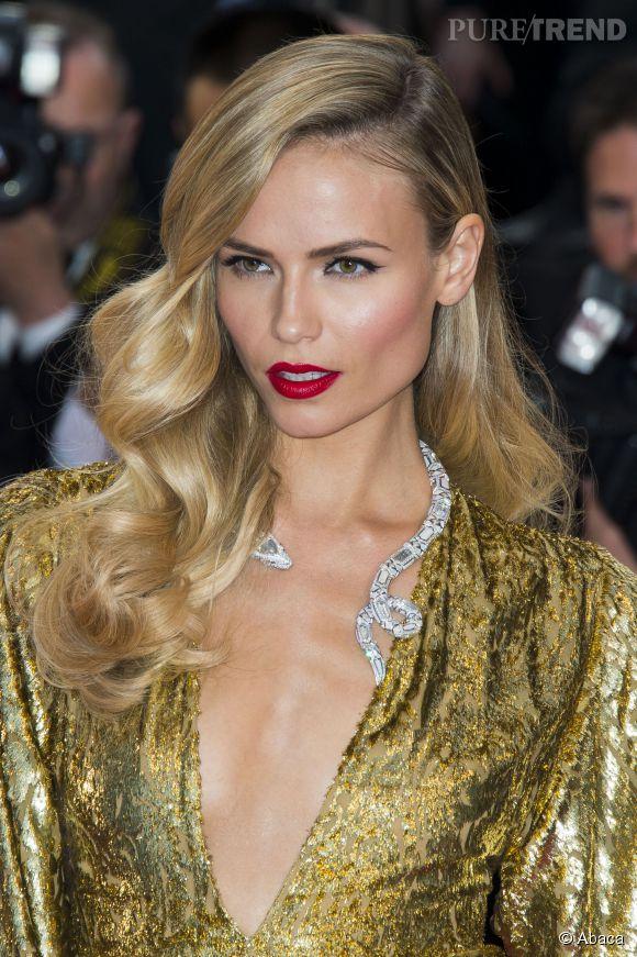Natasha Poly porte un collier Boucheron en or blanc, diamants, nacre et cristal de roche lors du Festival de Cannes 2015.