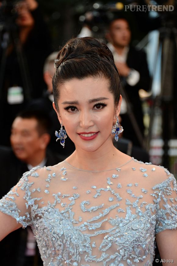 Li BingBing porte des boucles d'oreilles Cindy Chao en or blanc, diamants et saphirs lors du Festival de Cannes 2015.
