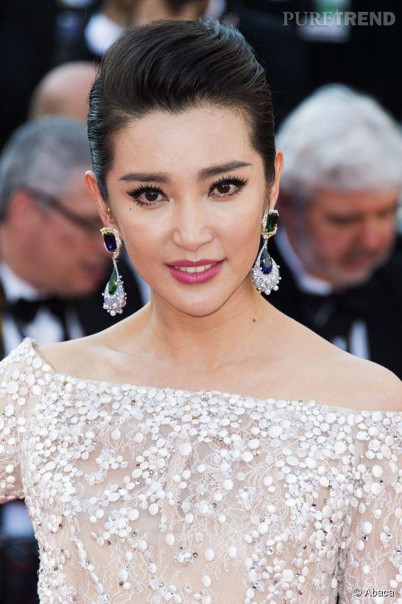 Li BingBing porte des boucles d'oreilles Cindy Chao en or blanc, diamants, saphirs et émeraudes lors du Festival de Cannes 2015.