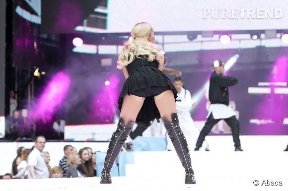 A cause de sa jupe trop courte, la chanteuse nous montre sa culotte.