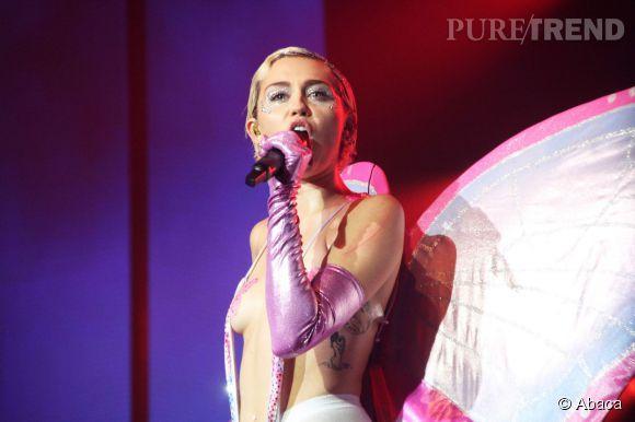 Miley Cyrus nue et Taylor Momsen seins nus - Musique