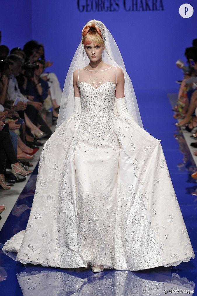 La robe de mari e de georges chakra se pare de bijoux for Prix de robe de mariage en or georges chakra