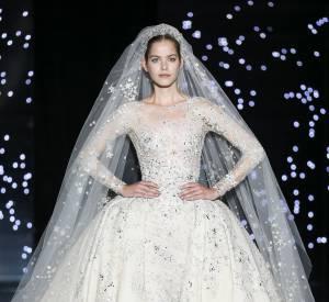 Zuhair Murad nous met des étoiles pleins les yeux avec cette robe parée de somptueux bijoux.