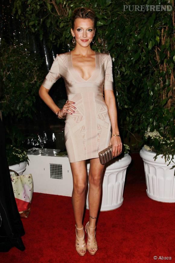 Katie Cassidy sait comment mettre son décolleté en valeur avec cette robe très près du corps.